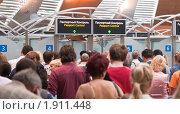 Очередь на паспортный контроль в аэропорту, фото № 1911448, снято 6 июля 2010 г. (c) Давид Мзареулян / Фотобанк Лори
