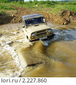УАЗ пересекает реку вброд