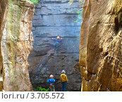 Начинающие скалолазы в каменном городке. Пермский край