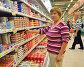 Женщина выбирает плавленый сыр в отделе молочных товаров, фото № 4135252, снято 27 октября 2012 г. (c) Анна Мартынова / Фотобанк Лори