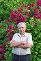 Пожилой мужчина возле куста роз в саду, фото № 4167708, снято 30 мая 2012 г. (c) Анна Мартынова / Фотобанк Лори