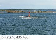 Морской пейзаж с красным маяком на фоне скалистого острова, фото № 6435480, снято 23 августа 2014 г. (c) Валерия Попова / Фотобанк Лори