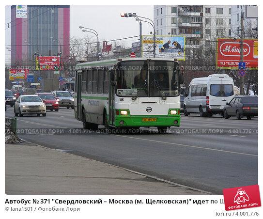 Автобус 349 щёлково-7 - москва (м щелковская) едет по щелковскому шоссе, москва lana1501 / фотобанк лори