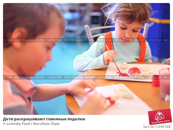 Дети раскрашивают поделки
