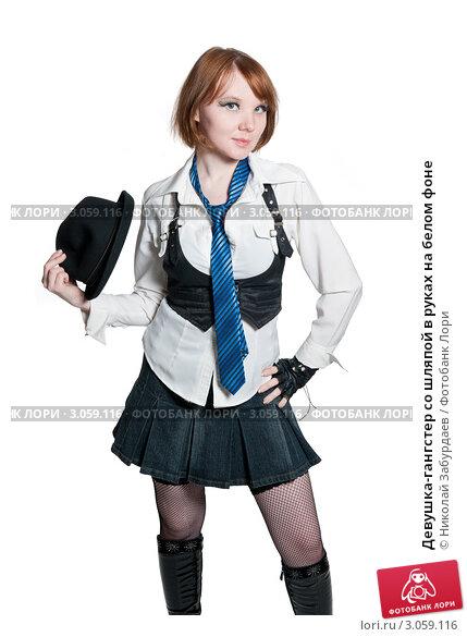 Девушка-гангстер со шляпой в руках на белом фоне, фото 3059116.