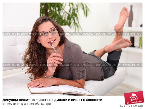 devushki-lezha-na-zhivote-foto