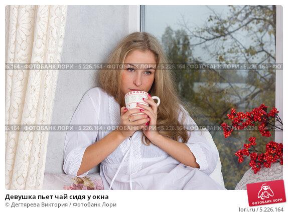 foto-devushki-cherez-okno