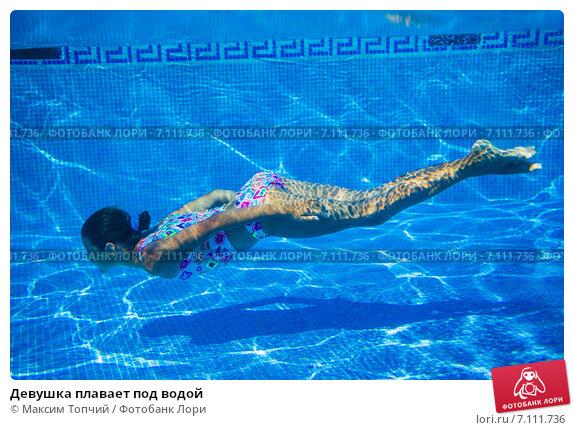 golie-v-vode-plavayut-pod-vodoy