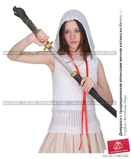 Девушка подросток медленно достает катаны из влагалища.
