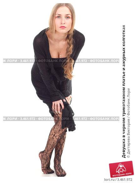 Девушка в платье черных колготках