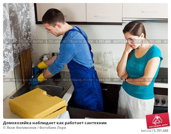 zrelaya-domohozyayka-i-santehnik-na-kuhne