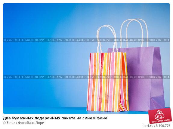 Два бумажных подарочных пакета на синем фоне, фото 3100776, снято 16...
