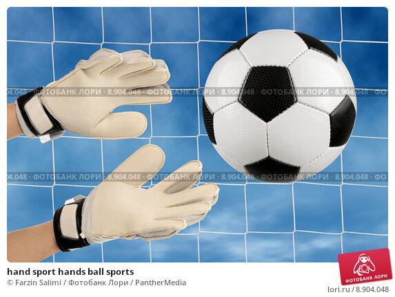 Может ли вратарь брать мяч в руки от своего