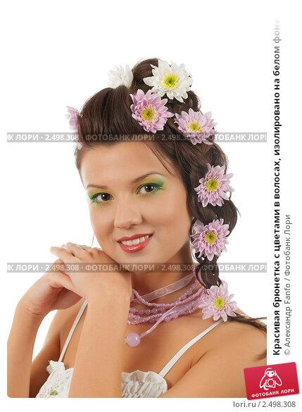 Красивая брюнетка с цветами в волосах