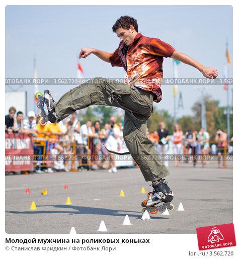 Молодой мужчина на роликовых коньках