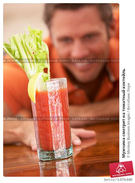 Мужчина смотрит на томатный коктейль, фото 3074640, снято 12 октября...