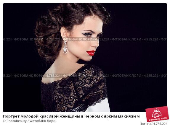 foto-zhenshina-na-chernom-fone