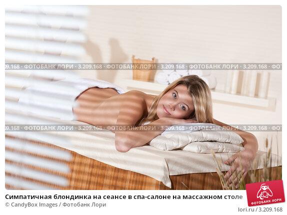 trahnut-blondinku-na-massazhnom-stole