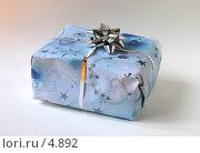 Подарок, завернутый в голубую бумагу, с серебристым бантиком. Стоковое фото, фотограф Tamara Kulikova / Фотобанк Лори