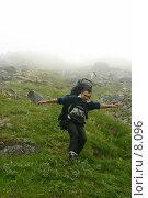 Купить «Счастливый турист спускается с туманной вершины», фото № 8096, снято 5 августа 2005 г. (c) Vladimir Fedoroff / Фотобанк Лори