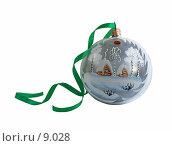 Купить «Белый новогодний шар с зеленой лентой на белом», фото № 9028, снято 11 сентября 2006 г. (c) Ольга Красавина / Фотобанк Лори