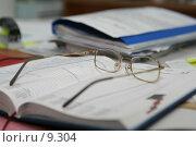 Купить «Очки, лежащие на раскрытом блокноте», фото № 9304, снято 14 сентября 2006 г. (c) Останина Екатерина / Фотобанк Лори