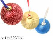 Купить «Новогодние праздничные украшения  в форме стеклянных шаров трёх цветов», фото № 14140, снято 22 ноября 2006 г. (c) Александр Паррус / Фотобанк Лори