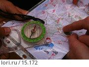 Купить «Спортивное ориентирование. Прокладывание маршрута по карте, сверяясь с компасом», фото № 15172, снято 1 октября 2006 г. (c) Vladimir Fedoroff / Фотобанк Лори