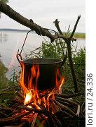 Купить «Котелок на огне», фото № 24336, снято 9 августа 2006 г. (c) Vladimir Fedoroff / Фотобанк Лори