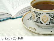 Попить чаю за книжечкой. Стоковое фото, фотограф Алексей Котлов / Фотобанк Лори