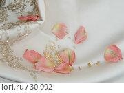 Лепестки роз на белом платье невесты. Стоковое фото, фотограф Kupreenko Natalia / Фотобанк Лори
