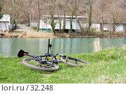 Купить «Велосипед, лежащий на берегу реки», фото № 32248, снято 23 января 2018 г. (c) SummeRain / Фотобанк Лори