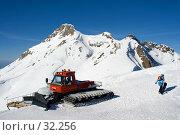 Купить «Сноубордист, идущий вверх по склону от ратрака», фото № 32256, снято 23 января 2018 г. (c) SummeRain / Фотобанк Лори