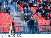Купить «Футбол. Фаната с зажигательной шашкой милиционер выводит с трибуны», фото № 35832, снято 25 апреля 2007 г. (c) 1Andrey Милкин / Фотобанк Лори