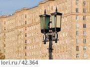 """Купить «Уличный фонарь на фоне """"сталинского"""" жилого здания», фото № 42364, снято 8 апреля 2007 г. (c) Крупнов Денис / Фотобанк Лори"""