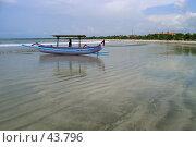 Купить «Лодка с мальчиком на берегу острова Бали в Индонезии», эксклюзивное фото № 43796, снято 23 ноября 2004 г. (c) Татьяна Белова / Фотобанк Лори