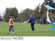 Купить «Папа и сын запускают воздушного змея», фото № 44092, снято 13 мая 2007 г. (c) Юрий Синицын / Фотобанк Лори