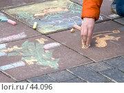 Купить «Детская рука рисует мелками на тротуаре», фото № 44096, снято 13 мая 2007 г. (c) Юрий Синицын / Фотобанк Лори