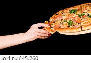 Купить «Женская рука тянется за кусочком пиццы», фото № 45260, снято 17 мая 2007 г. (c) Татьяна Белова / Фотобанк Лори