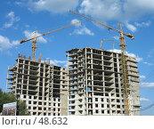 Купить «Два желтых башенных крана на строительной площадке на фоне неба с облаками», фото № 48632, снято 21 августа 2006 г. (c) Александр Паррус / Фотобанк Лори