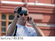 Купить «Мужчина снимает видеокамерой и держит мобильный телефон», фото № 49816, снято 30 мая 2007 г. (c) Юрий Синицын / Фотобанк Лори