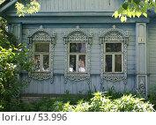 Купить «Суздаль. Окно деревянного дома с резными наличниками», фото № 53996, снято 11 июня 2007 г. (c) Julia Nelson / Фотобанк Лори