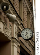 Купить «Часы и громкоговоритель на стене дома», фото № 54872, снято 17 июня 2007 г. (c) Старкова Ольга / Фотобанк Лори