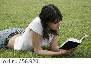 Купить «Девушка читающая книгу», фото № 56920, снято 23 января 2018 г. (c) Леонид Козлов / Фотобанк Лори
