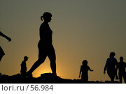 Купить «Силуэты людей, идущих по спирали на вершине холма, в свете заходящего солнца, Аркаим», фото № 56984, снято 6 декабря 2019 г. (c) Талдыкин Юрий / Фотобанк Лори
