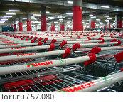 """Корзинки в магазине """"Ашан"""", выставленные в ряды (2007 год). Редакционное фото, фотограф Филипп Яндашевский / Фотобанк Лори"""