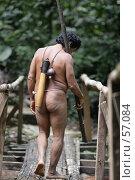 Индеец аурани с духовым ружьем идет на охоту (2007 год). Редакционное фото, фотограф Александр Волков / Фотобанк Лори