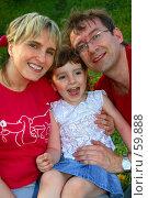 Купить «Радостная семья на фоне зеленой травы», фото № 59888, снято 22 мая 2006 г. (c) Harry / Фотобанк Лори