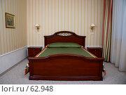 Купить «Большая деревянная двухспальная кровать в гостиничном номере», фото № 62948, снято 24 июня 2007 г. (c) Harry / Фотобанк Лори