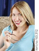 Купить «Блондинка с очками», фото № 63312, снято 17 июня 2007 г. (c) Евгений Батраков / Фотобанк Лори